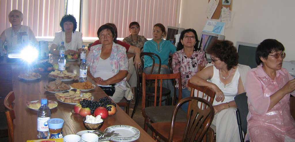 Коллектив докторов из г. Алма-Аты увлеченно следит за выступлениями докладчиков.